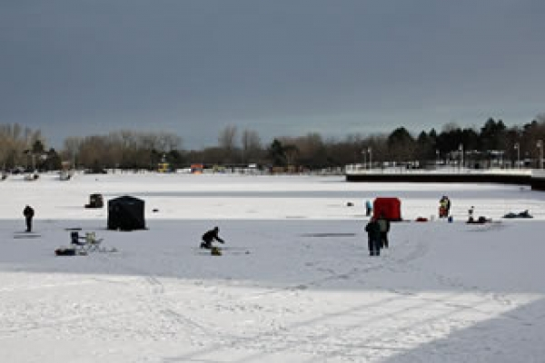 icefishing-crowd-on-sarnia-bay0766296270-41C0-4634-61B7-CD4F920523AD.jpg