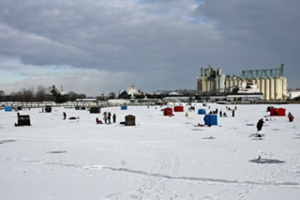icefishing-crowd-on-sarnia-bay10DD762373-8D96-E821-6DE3-26AA8052CCA9.jpg